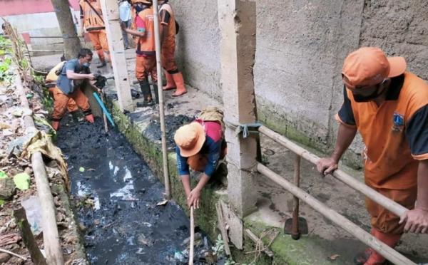 https: img.okezone.com content 2020 11 14 338 2309557 bersihkan-saluran-air-di-benhil-petugas-angkut-lumpur-hingga-5-000-karung-JFT6sOH2fw.jpg