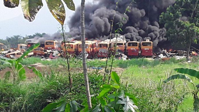 https: img.okezone.com content 2020 11 14 338 2309576 puluhan-bangkai-bus-terbakar-di-bogor-ini-tanggapan-pt-transjakarta-xyybs4If49.jpg