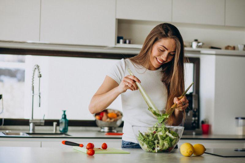 https: img.okezone.com content 2020 11 14 481 2309689 cheat-meal-saat-diet-perhatikan-tips-ini-agar-tidak-kebablasan-ykgRt9BJcw.jpg
