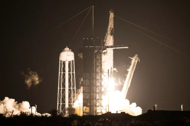 https: img.okezone.com content 2020 11 16 16 2310159 spacex-dan-nasa-sukses-luncurkan-roket-misi-crew-1-ke-iss-1YqQUhdY6t.jpg