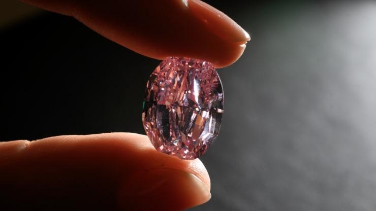 https: img.okezone.com content 2020 11 16 455 2310242 berlian-merah-muda-ungu-terbesar-laku-terjual-rp376-miliar-ytu0KPh0FM.jpg