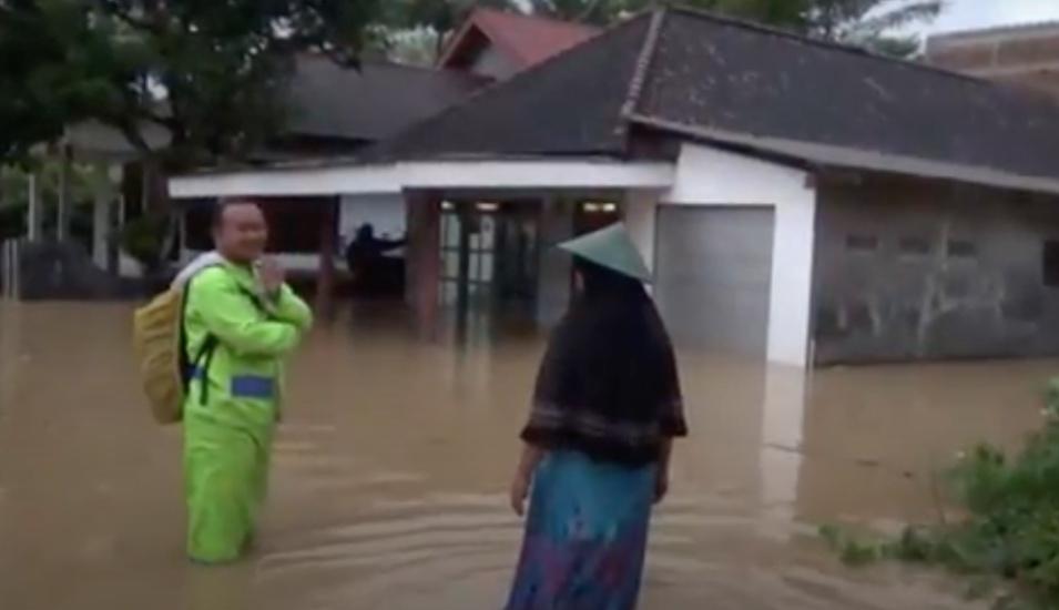 https: img.okezone.com content 2020 11 16 519 2310089 banjir-pacitan-jembatan-putus-dan-ratusan-warga-mengungsi-JDPMJrDf72.jpg