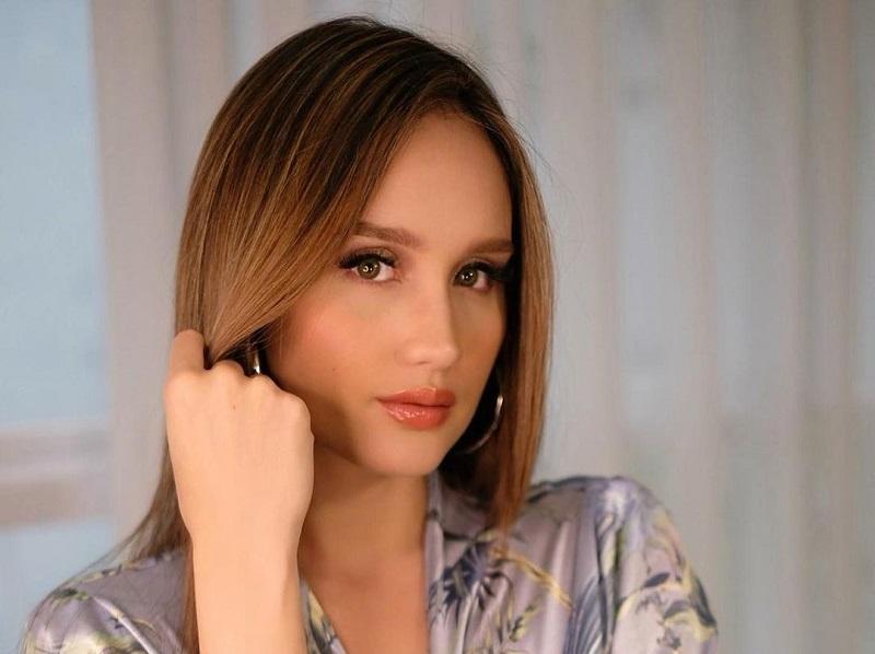 https: img.okezone.com content 2020 11 16 611 2310160 pesona-cinta-laura-flawless-cuma-pakai-kimono-makeup-q8V3OBAio2.jpg