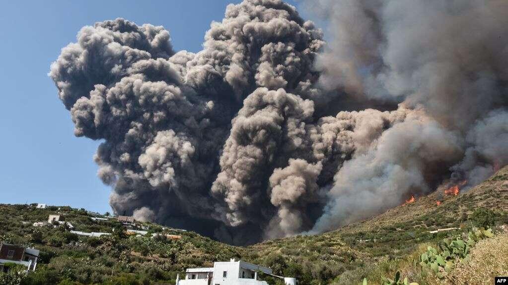 https: img.okezone.com content 2020 11 17 18 2310726 gunung-berapi-stromboli-italia-meletus-dengan-intensitas-tinggi-pqjMbbU88K.jpg