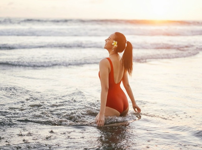 https: img.okezone.com content 2020 11 17 194 2311032 potret-anya-geraldine-pakai-swimsuit-merah-bikin-netizen-cemas-nvEcj7GsjV.jpg
