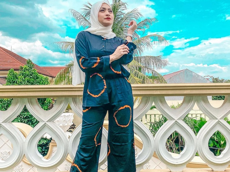 https: img.okezone.com content 2020 11 17 194 2311290 4-gaya-hijab-selebriti-dengan-one-set-simpel-dan-kekinian-eIveLYvcLr.jpg