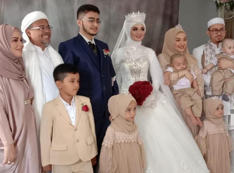 https: img.okezone.com content 2020 11 18 194 2311740 menerka-harga-gaun-pernikahan-najwa-shihab-putri-habib-rizieq-berapa-ya-50WanFAcLv.jpg