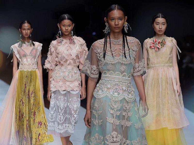 https: img.okezone.com content 2020 11 18 194 2311761 3-kesatria-dewi-fashion-knight-di-jakarta-fashion-week-2021-QuV771xGGe.jpg