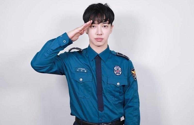 https: img.okezone.com content 2020 11 18 33 2311681 gikwang-highlight-senang-akhirnya-selesai-wamil-sebagai-polisi-RKq1labLn1.jpg