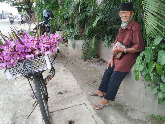 https: img.okezone.com content 2020 11 18 338 2311330 kakek-ini-keliling-jajakan-bunga-anggrek-demi-anak-dan-cucu-GMG2g4X9iy.jpg