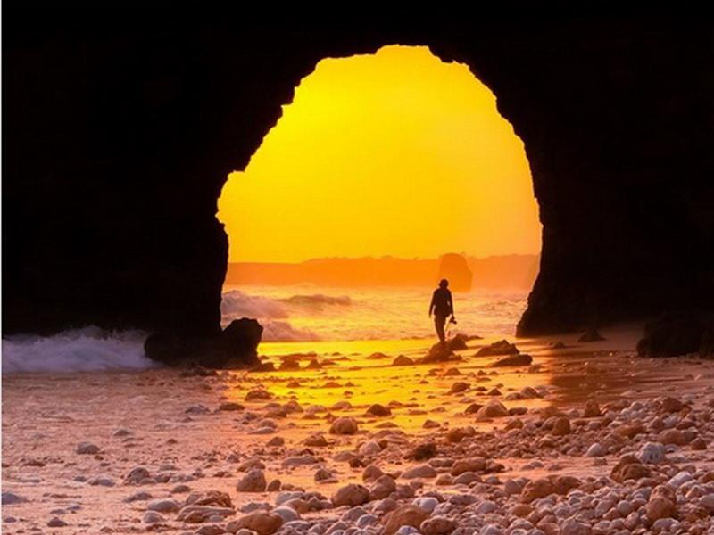 https: img.okezone.com content 2020 11 18 408 2311581 foto-foto-sunset-di-pantai-mbawana-sebelum-ambruknya-batu-bolong-XmaZGOtVxF.jpg