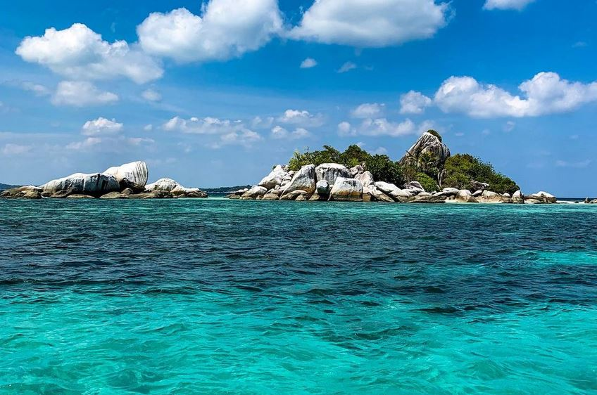 https: img.okezone.com content 2020 11 18 408 2311699 pulau-lengkuas-serpihan-surga-di-belitung-dengan-sejuta-pesona-1TEhmCax2q.JPG