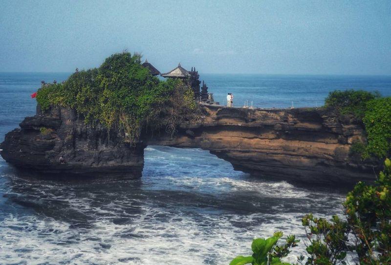 https: img.okezone.com content 2020 11 18 408 2312018 viral-batu-bolong-pantai-mbawana-ambruk-intip-keindahan-3-pantai-batu-bolong-lainnya-yuk-0ax42WGlmu.jpg