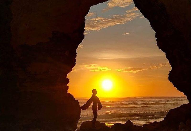 https: img.okezone.com content 2020 11 18 408 2312040 penampakan-pantai-mbawana-sebelum-batu-bolong-ambruk-pesonanya-syahdu-in004lseti.jpg