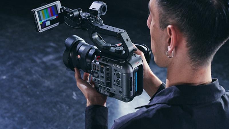 https: img.okezone.com content 2020 11 19 16 2312174 sony-luncurkan-kamera-fx6-untuk-melengkapi-seri-cinema-line-cf1WHrNNav.jpg