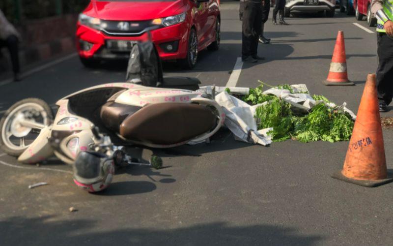 https: img.okezone.com content 2020 11 19 338 2312428 pemotor-wanita-tewas-terlindas-mobil-di-depok-IQYFANp1Rh.jpg