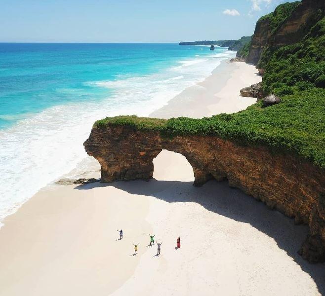 https: img.okezone.com content 2020 11 19 406 2312213 selain-batu-bolong-pantai-mbawana-ini-7-objek-wisata-yang-rusak-akibat-bencana-31NAU0Kc2U.jpg