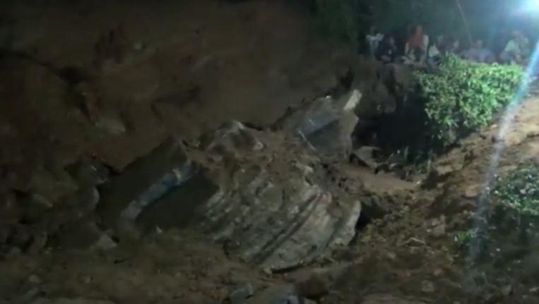 https: img.okezone.com content 2020 11 19 519 2312103 tebing-ambrol-tewaskan-pencari-batu-di-tulungagung-FtiINO6oov.jpg