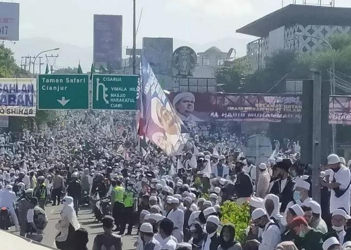 https: img.okezone.com content 2020 11 19 525 2312196 polda-jabar-bidik-pelanggaran-prokes-acara-habib-rizieq-di-markaz-syariah-cozD1Lr3Nv.jpg