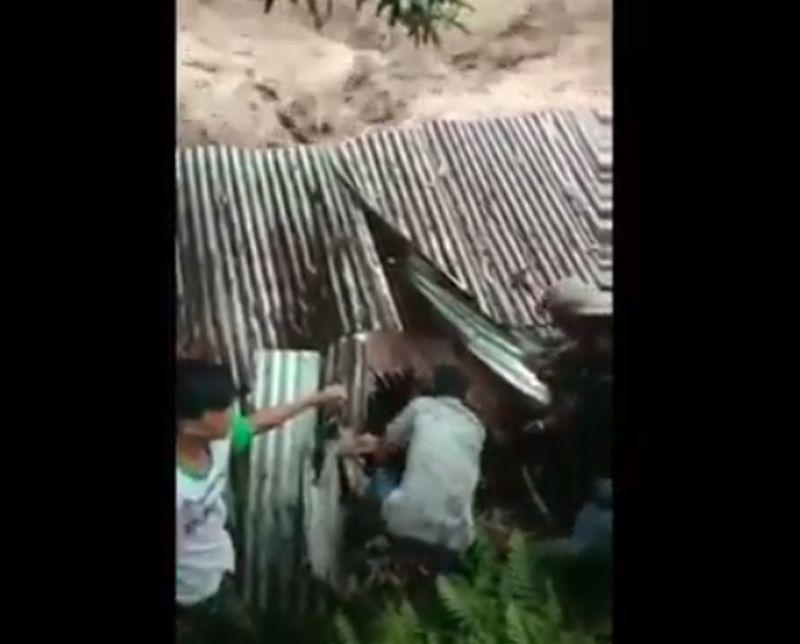 https: img.okezone.com content 2020 11 19 608 2312514 dramatis-evakuasi-pengunjung-terjebak-banjir-di-pemandian-alam-sembahe-n3eMlXxWYS.jpg