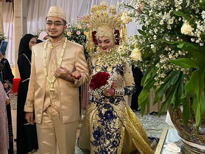 https: img.okezone.com content 2020 11 19 611 2312220 najwa-shihab-tampil-dengan-makeup-bold-di-hari-pernikahan-bikin-pangling-x4ntaAfTES.jpg