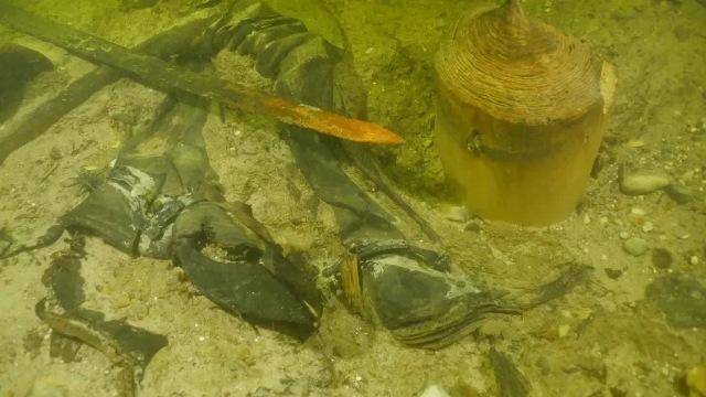 https: img.okezone.com content 2020 11 20 16 2313220 peneliti-temukan-kerangka-prajurit-berusia-500-tahun-terkubur-di-dasar-danau-H4CLZdymql.jpg