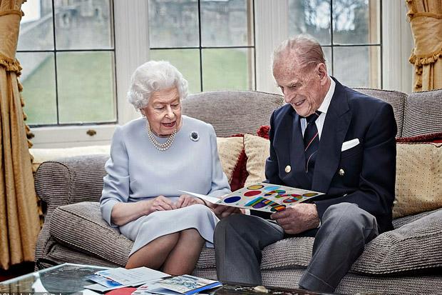 https: img.okezone.com content 2020 11 20 18 2313011 rayakan-ulangtahun-pernikahan-ke-73-ratu-elizabeth-dan-pangeran-philip-buka-kartu-buatan-tangan-sang-cucu-N5DxGeiSqF.jpg