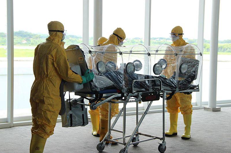 https: img.okezone.com content 2020 11 20 338 2312932 evakuasi-mayat-diduga-pasien-positif-covid-19-di-tepi-danau-petugas-pakai-apd-lengkap-Uyt9Fyv28o.jpg