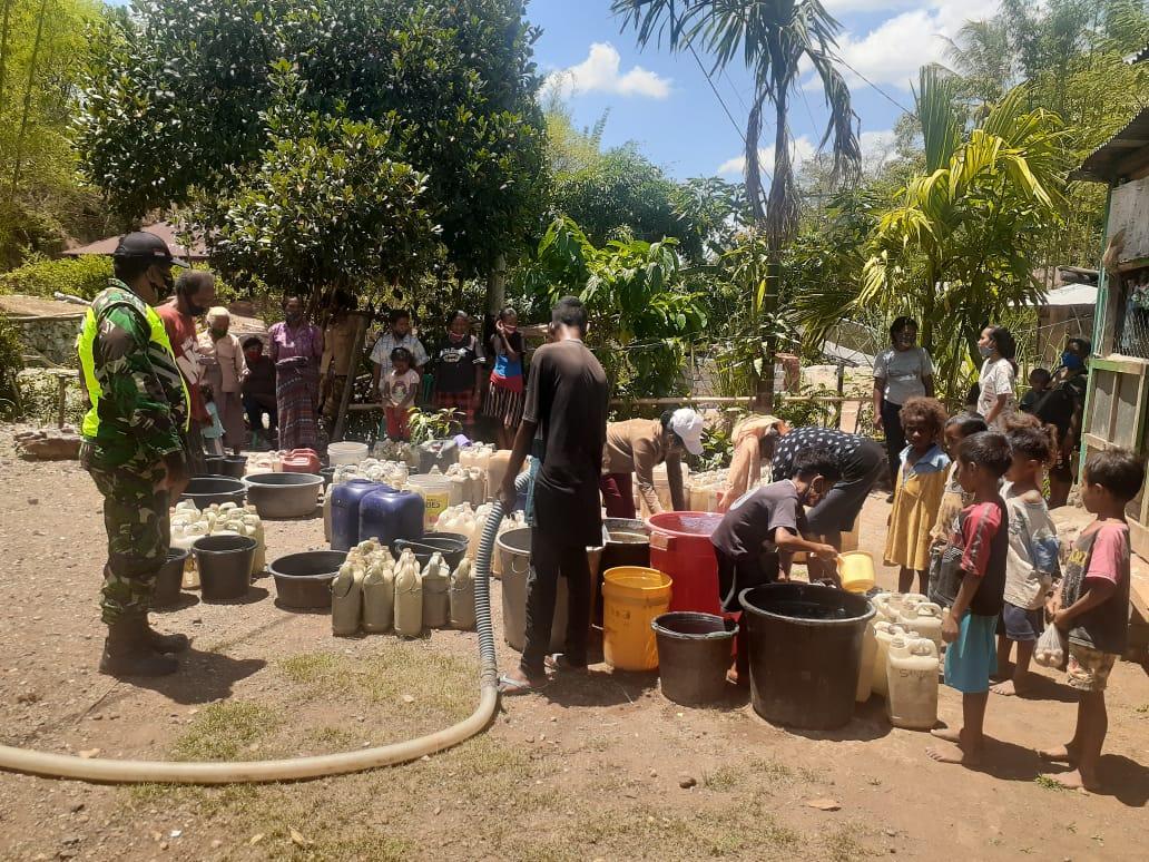 https: img.okezone.com content 2020 11 20 340 2313197 warga-perbatasan-ntt-timor-leste-serbu-pembagian-air-dari-kodim-ttu-ge6lDUozu5.jpg