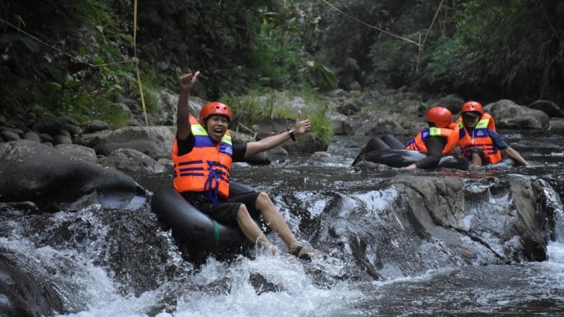 https: img.okezone.com content 2020 11 20 408 2313306 uji-adrenalin-dengan-river-tubing-seru-di-curug-gede-damar-payung-banyumas-zAVIxyIAbM.jpg