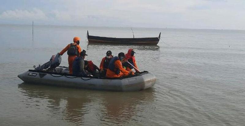 https: img.okezone.com content 2020 11 20 608 2313149 nelayan-tenggelam-di-perairan-mersiang-tim-sar-lakukan-pencarian-8HO4C9k0Va.jpg