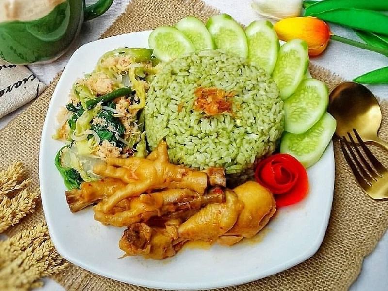https: img.okezone.com content 2020 11 21 298 2313472 nikmatnya-nasi-uduk-pandan-hidangan-spesial-di-akhir-pekan-OaCZQImbRR.jpg