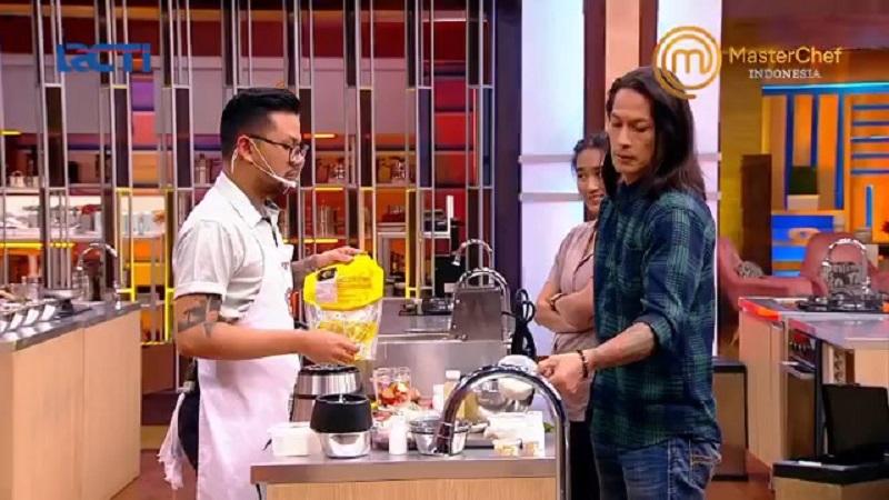 https: img.okezone.com content 2020 11 21 298 2313501 masterchef-indonesia-ditanya-chef-juna-jawaban-adit-malah-ngegas-wSQrqvRGwF.jpg