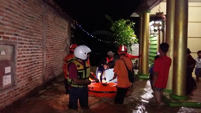 https: img.okezone.com content 2020 11 21 512 2313400 banjir-rendam-9-desa-di-kendal-2-warga-tewas-UWKk6pVnPH.jpeg