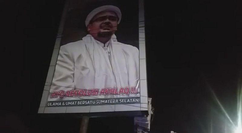 https: img.okezone.com content 2020 11 21 610 2313613 giliaran-polisi-sat-pol-pp-bongkar-baliho-hrs-di-palembang-bCJeKcj37f.jpg