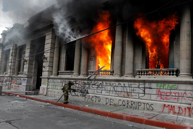 https: img.okezone.com content 2020 11 22 18 2314012 protes-anggaran-belanja-demonstran-guatemala-bakar-gedung-kongres-LM0qCYb07H.jpg