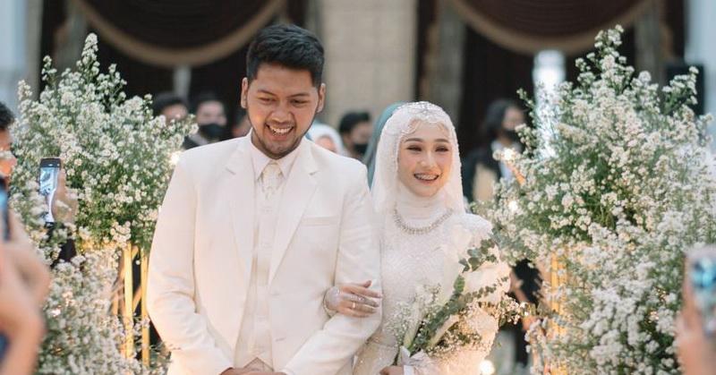 https: img.okezone.com content 2020 11 22 33 2314100 resmi-menikah-sinta-sri-antan-tetap-lanjutkan-karier-io1oifknWJ.jpg