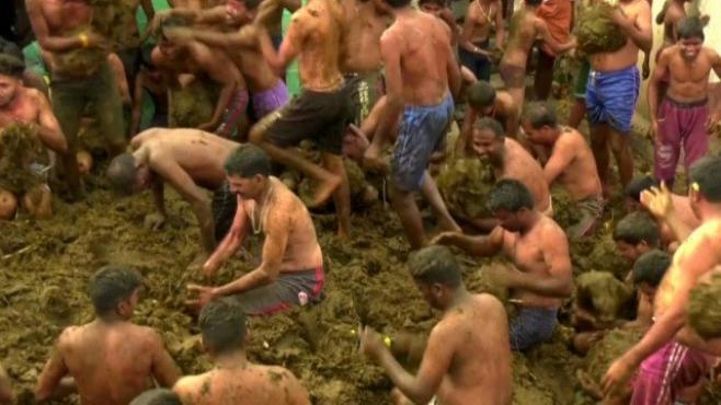 https: img.okezone.com content 2020 11 23 18 2314479 tradisi-unik-desa-india-gelar-perang-kotoran-sapi-untuk-akhiri-diwali-H26YogmoXJ.jpg