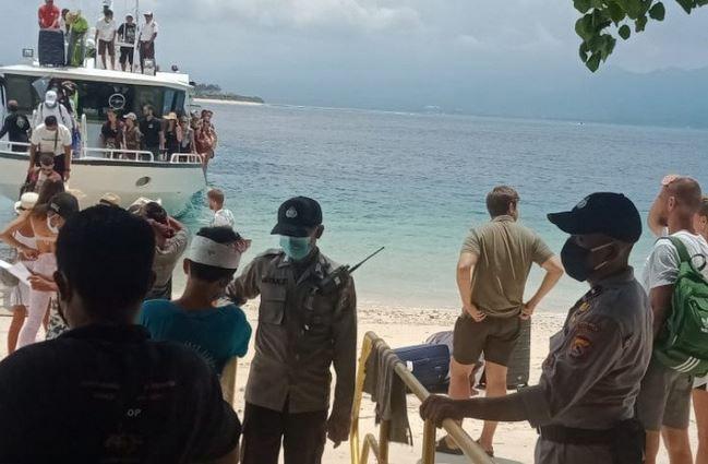 https: img.okezone.com content 2020 11 23 406 2314173 polisi-periksa-wisatawan-yang-hendak-masuk-ke-gili-matra-lombok-utara-WdaANNRjIP.JPG
