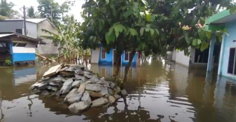 https: img.okezone.com content 2020 11 23 512 2314598 sepekan-terendam-banjir-warga-mengungsi-di-tanggul-sungai-SPxpG5gQW3.png