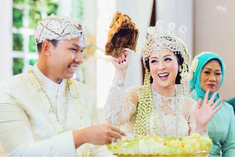 https: img.okezone.com content 2020 11 23 612 2314654 susunan-pernikahan-adat-sunda-prosesinya-bisa-sampai-berhari-hari-X21BXSTmA4.jpg