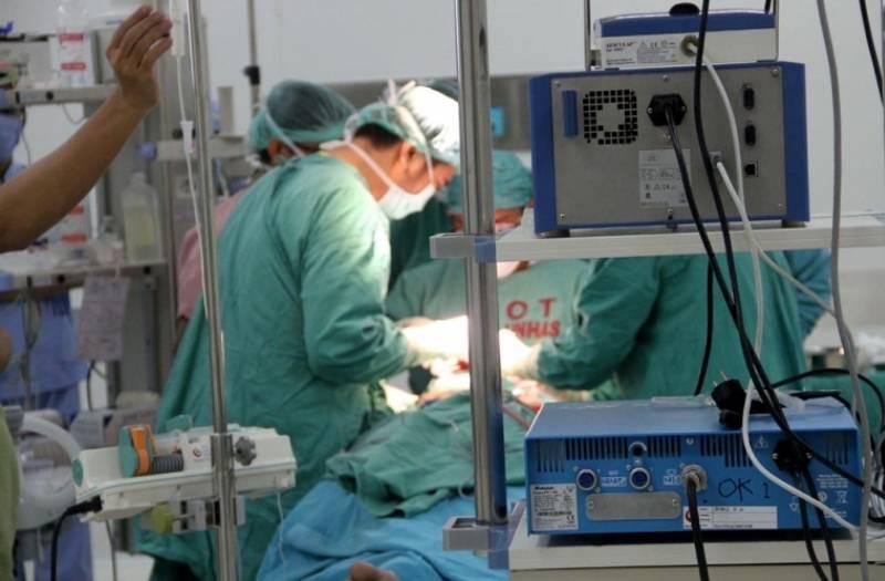 https: img.okezone.com content 2020 11 24 18 2315358 kena-serangan-jantung-dokter-bedah-arab-saudi-meninggal-di-ruang-operasi-gvSTv0bk6P.jpg