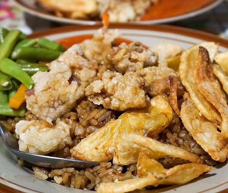 https: img.okezone.com content 2020 11 24 301 2315042 deretan-street-food-lezat-khas-bandung-mana-kesukaanmu-V7kHBJI9zc.jpg