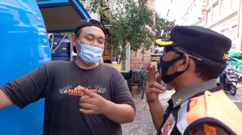 https: img.okezone.com content 2020 11 24 338 2315097 terjaring-razia-karena-merokok-di-mobil-pengendara-terserah-saya-dong-oRnhe0IaB5.jpg