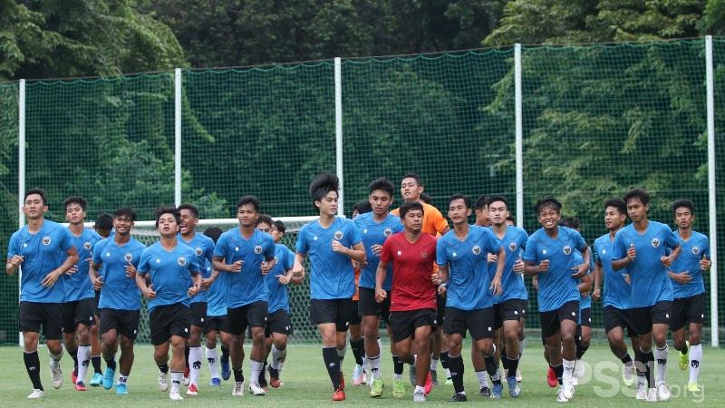 https: img.okezone.com content 2020 11 24 51 2315010 shin-tae-yong-tendang-dua-pemain-timnas-indonesia-u-19-yang-tidak-disiplin-NWtsIoEP2f.jpg