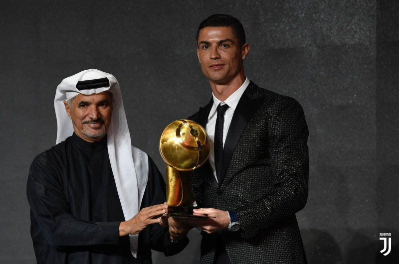 https: img.okezone.com content 2020 11 24 51 2315184 tinggalkan-messi-ronaldo-pimpin-perebutan-pemain-terbaik-globe-soccer-awards-mUgiyBg8o1.jpg
