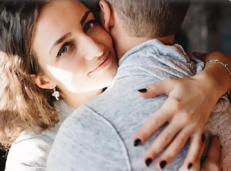https: img.okezone.com content 2020 11 24 612 2315205 wanita-5-zodiak-ini-lebih-suka-pacaran-sama-berondong-kenapa-ya-K1AsbIAm0L.jpg