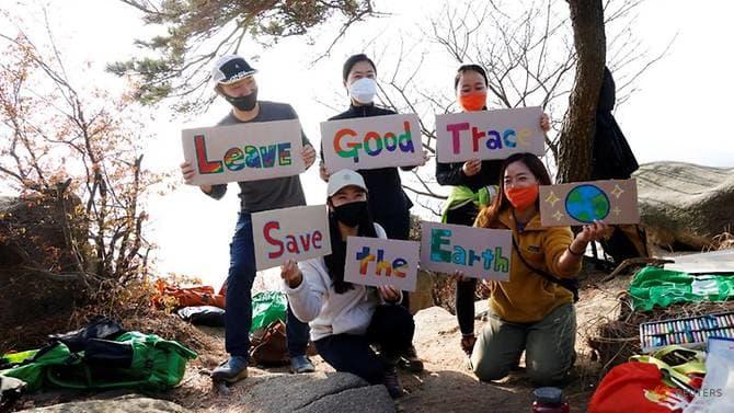 https: img.okezone.com content 2020 11 25 18 2315897 pendaki-bersihkan-gunung-ubah-sampah-jadi-karya-seni-glCTjiRBeN.jpg