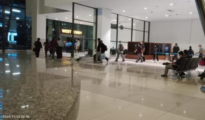 https: img.okezone.com content 2020 11 25 337 2315759 foto-foto-eksklusif-penangkapan-edhy-prabowo-di-bandara-soetta-EAWcnEecyO.jpg