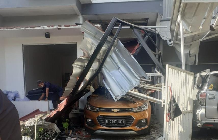 https: img.okezone.com content 2020 11 25 338 2315895 penampakan-3-rumah-rusak-akibat-ledakan-tabung-gas-12-kg-xnhpcW61hq.jpg